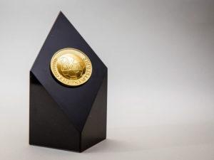 Edelpokale aus Marmor mit Medaille